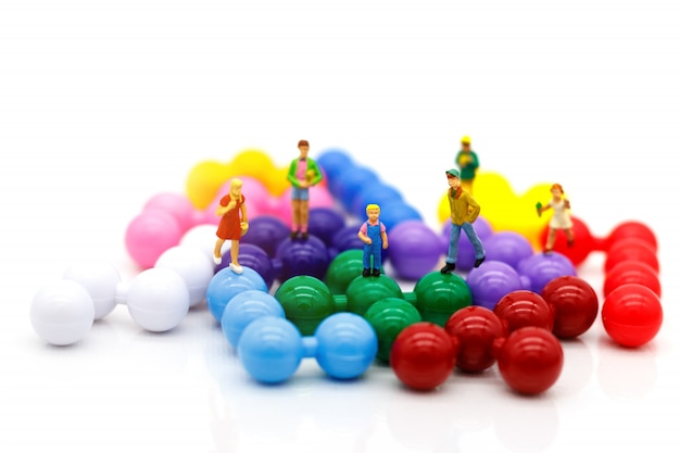 Personnages Miniatures, Enfants S'amusent Avec Des Ballons Colorés Photo Premium
