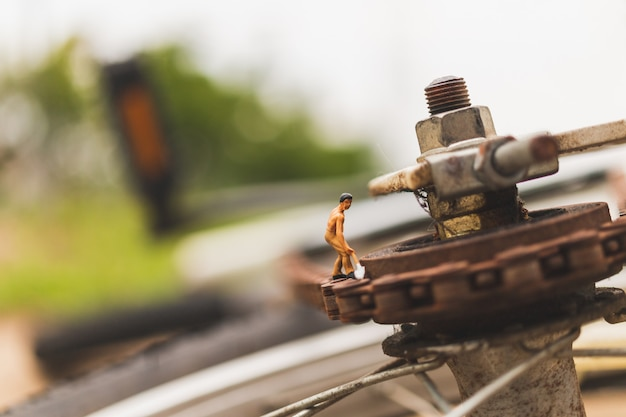 Personnages miniatures: mécaniciens réparant un vélo Photo Premium