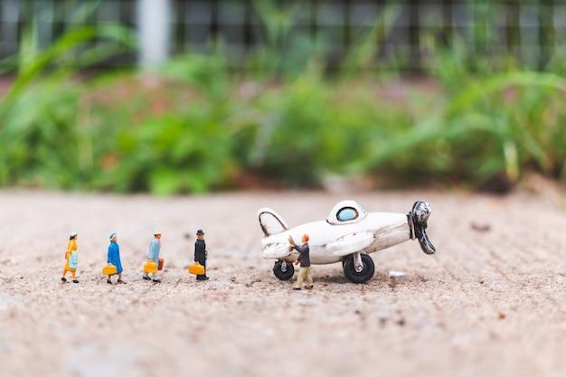 Personnages miniatures: les voyageurs voyagent dans l'avion Photo Premium