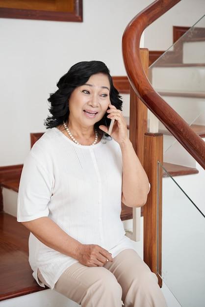 Personne âgée, Femme, Conversation, Smartphone Photo gratuit
