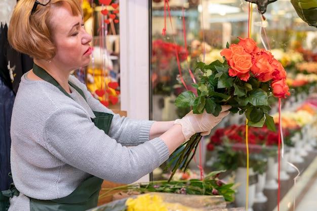 Personne Agee, Femme, Tenue, Fleur, Bouquet Photo gratuit