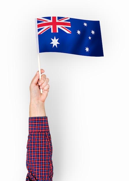 Personne agitant le drapeau du commonwealth d'australie Photo gratuit