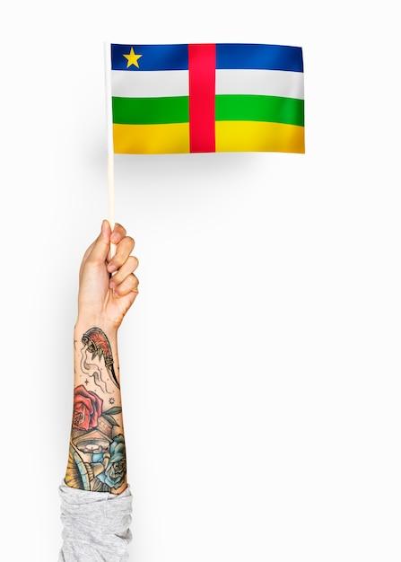 Personne agitant le drapeau de la république centrafricaine Photo gratuit