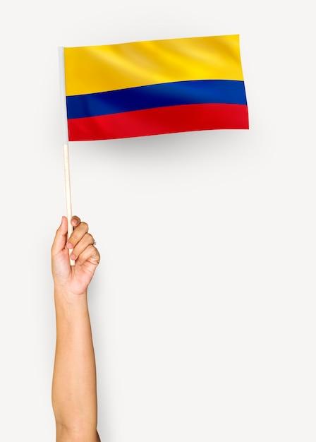 Personne agitant le drapeau de la république de colombie Photo gratuit