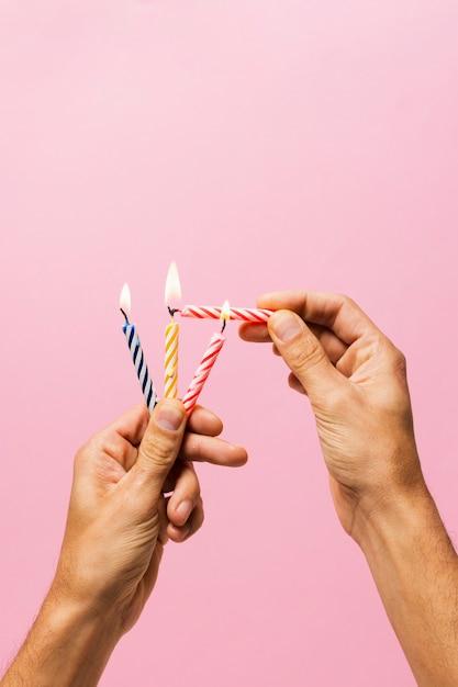 Personne allumer des bougies d'anniversaire Photo gratuit
