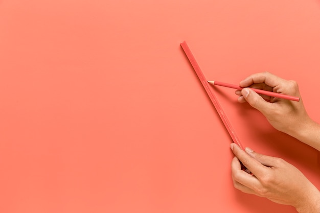 Personne anonyme, tracer une ligne avec un crayon Photo gratuit