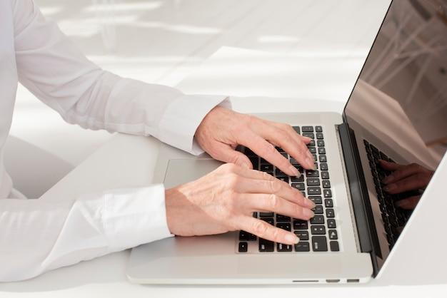 Personne, dactylographie, sur, ordinateur portable, haute vue angle Photo gratuit
