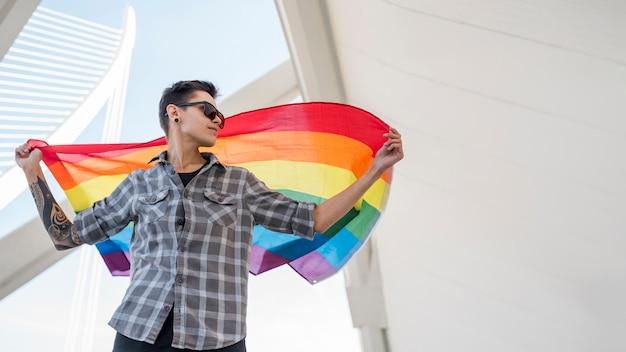 Personne, drapeau arc-en-ciel Photo gratuit