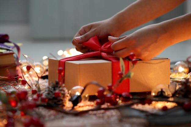 Personne Emballant Le Cadeau De Noël Photo gratuit