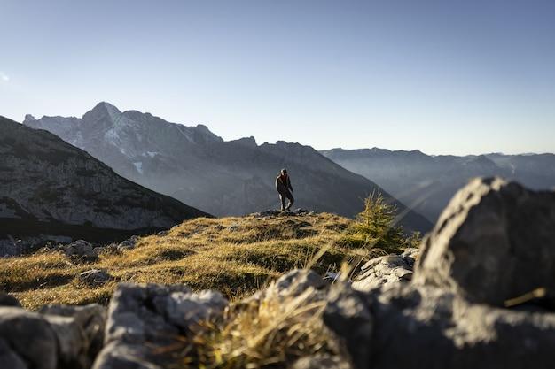 Personne Escaladant Les Montagnes Autour De Watzmannhaus Sur Une Journée Ensoleillée Photo gratuit