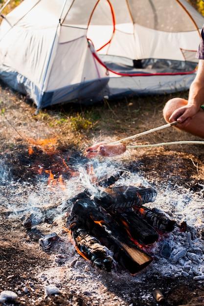 Personne Faisant Des Saucisses Sur Le Gril Photo gratuit