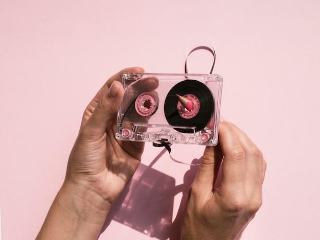 Personne fixant une cassette transparente Photo gratuit