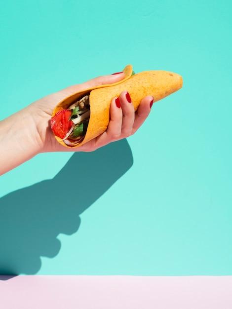 Personne gros plan, burrito, bleu, fond Photo gratuit