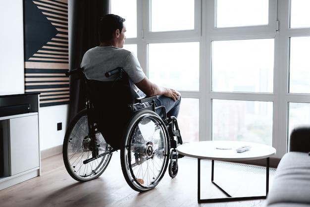 La Personne Handicapée En Fauteuil Roulant Est Assise à L'avant. Photo Premium