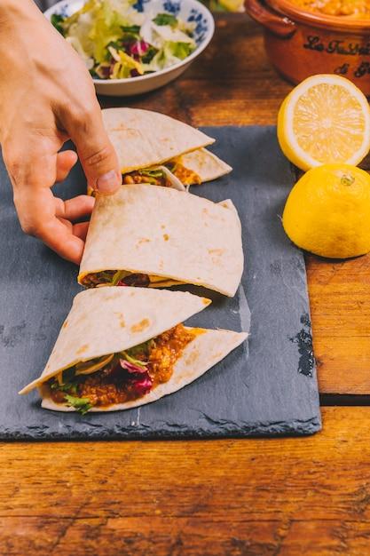 Personne, main, prendre, tranche, de, a, mexicain, boeuf, tacos Photo gratuit