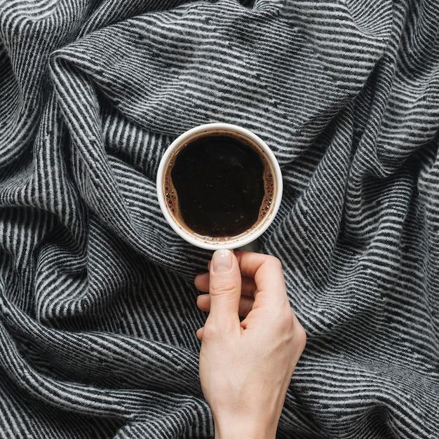 Personne, main, tenue, tasse café, sur, tissu Photo gratuit