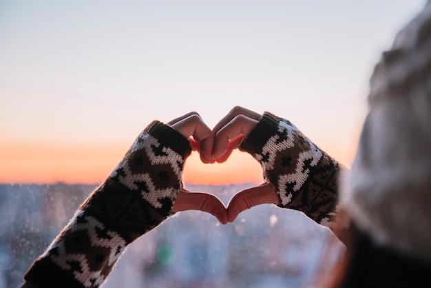 Personne montrant coeur par mains Photo gratuit