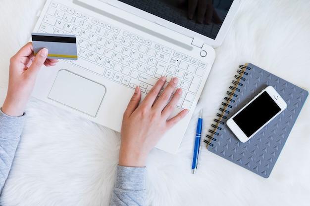 Personne qui achète en ligne avec un ordinateur portable Photo gratuit
