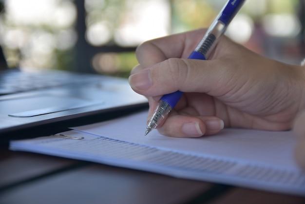 Personne Qui écrit Sur Des Papiers Photo Premium