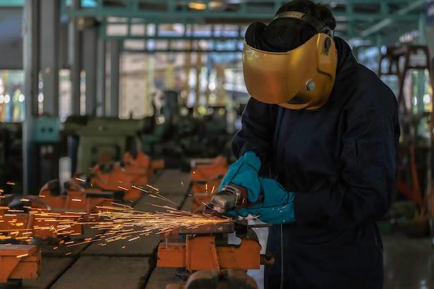 Personne qui travaille à propos de l'acier de soudeur à l'aide d'un poste de soudage électrique. Photo Premium