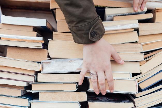 Personne à la recherche de vieux livres Photo gratuit