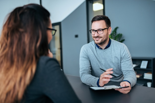Personne De Sexe Féminin Ayant Un Entretien D'embauche Avec Un Recruteur De Sexe Masculin. Photo Premium