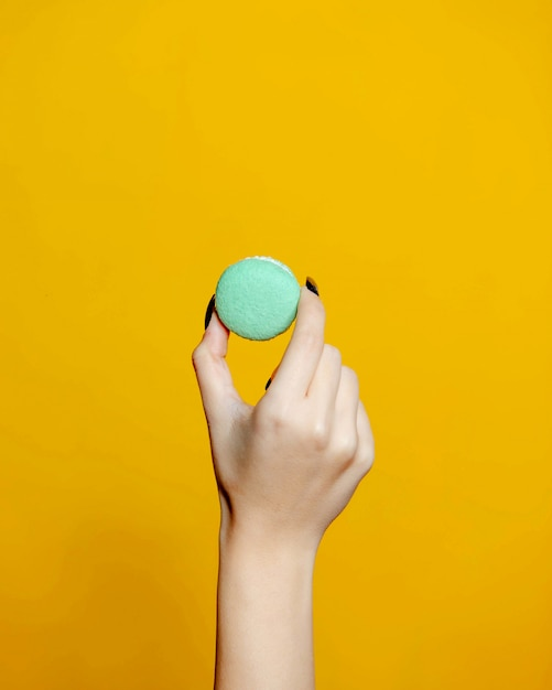 Une Personne Tenant Le Macaron Photo gratuit
