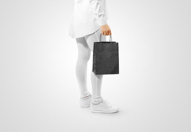 Personne Tenant Un Sac De Papier Kraft Noir Vierge Photo Premium