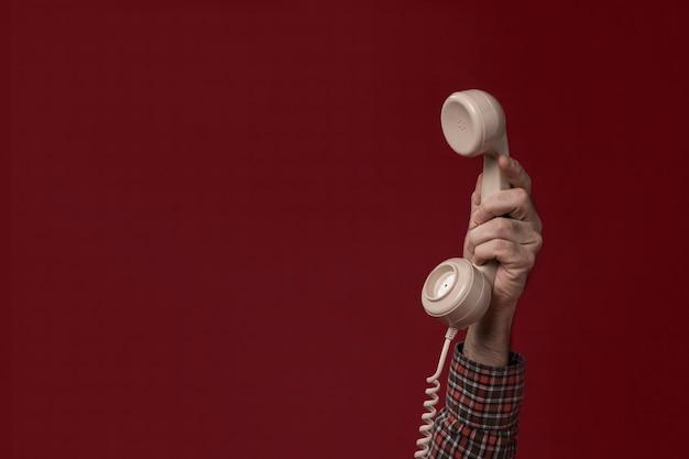 Personne Tenant Un Téléphone Photo gratuit