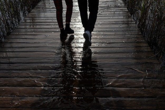 Personne touristique marchant sur la passerelle inondée du lac albufera. Photo Premium