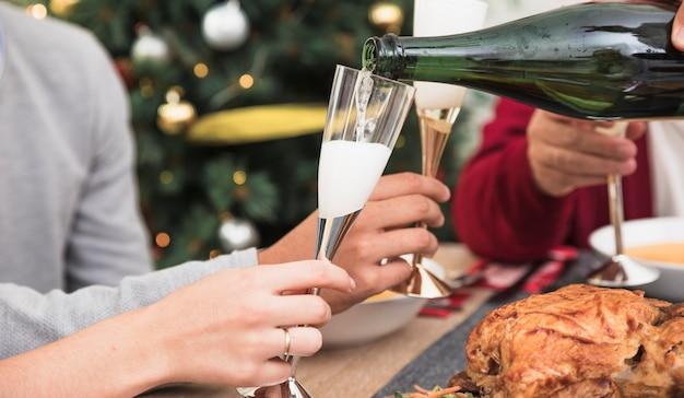 Personne, verser, champagne, dans, verre, à, table festive Photo gratuit