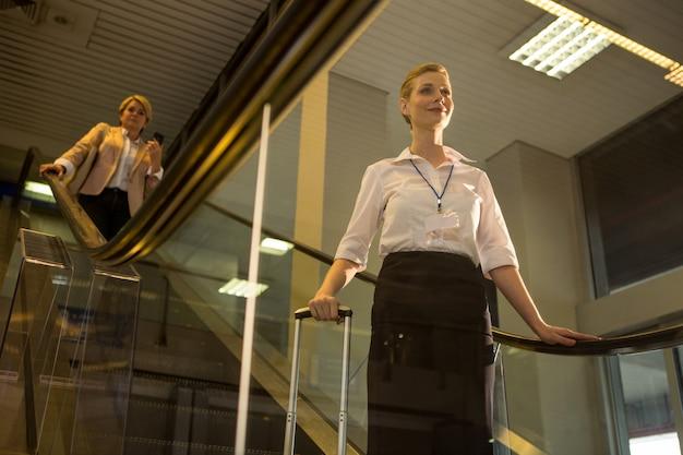 Personnel Féminin Descendant De L'escalator Photo gratuit