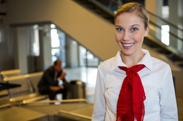 Personnel Féminin Souriant Au Terminal De L'aéroport Photo gratuit