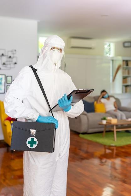 Personnel Médical En équipement De Protection Individuelle Costume Epi Avec Fond De Femme Asiatique Avec Masque Facial Livraison Test De Coronavirus Covid à La Maison Concept Photo Premium