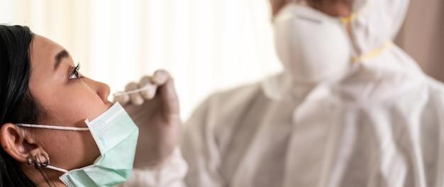 Le Personnel Médical De Panorama Avec Une Combinaison Epi Teste Le Coronavirus Covid-19 Photo Premium