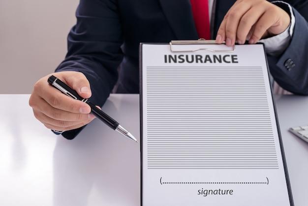 Le personnel a recommandé les avantages de la couverture d'assurance Photo Premium
