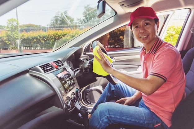 Personnel de service automobile nettoyant voiture avec un chiffon en microfibre Photo Premium