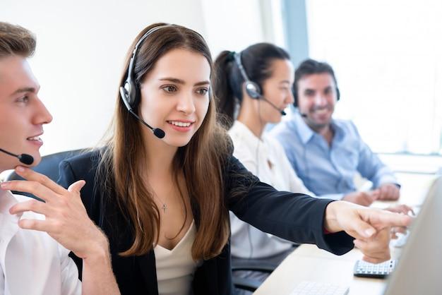 Personnel de télémarketing femme d'affaires travaillant avec un collègue au bureau du centre d'appels Photo Premium