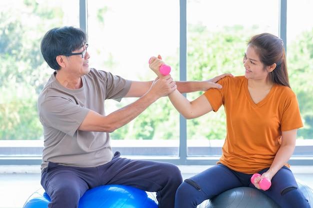 Personnes âgées, Exécuter, Yoga, Dans, A, Studio Photo Premium