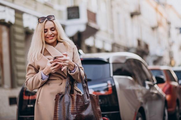 Personnes âgées Femme D'affaires, Parler Au Téléphone Par Sa Voiture électro Photo gratuit