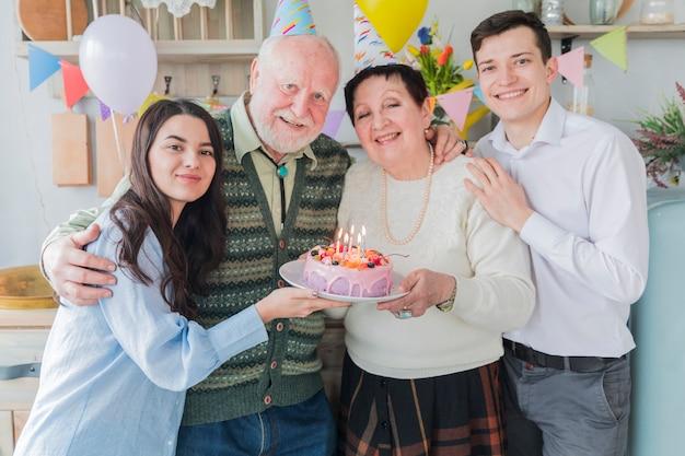 Personnes âgées fêtant leur anniversaire Photo gratuit