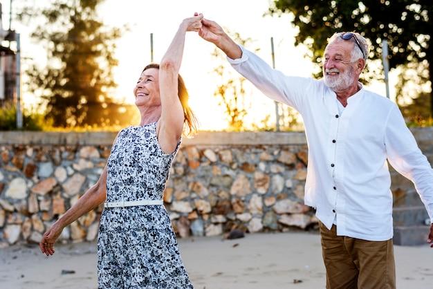 Personnes âgées profitant d'une plage tropicale Photo Premium