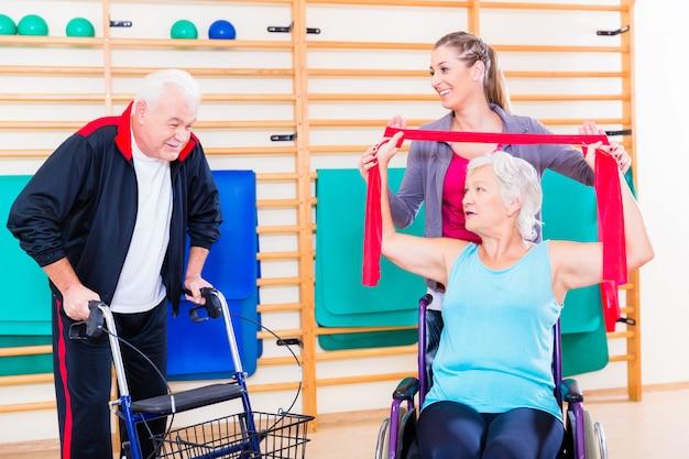 Personnes âgées en réadaptation physique Photo Premium