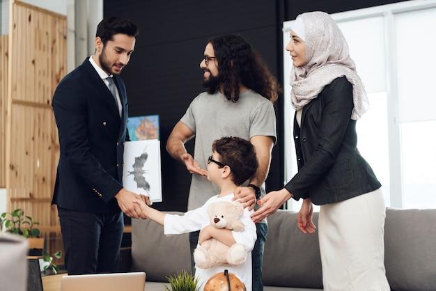 Personnes arabes à la réception dans un bureau de psychothérapeute Photo Premium