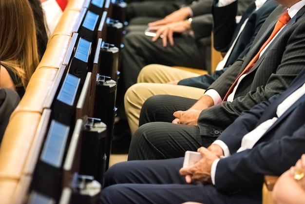 Personnes assistant au congrès assis dans des sièges Photo Premium