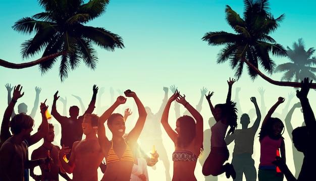 Personnes ayant une fête près de la plage Photo gratuit