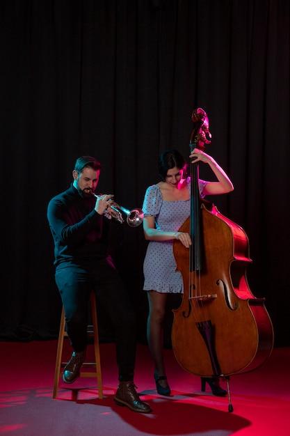 Personnes Célébrant L'événement De La Journée Du Jazz Photo Premium