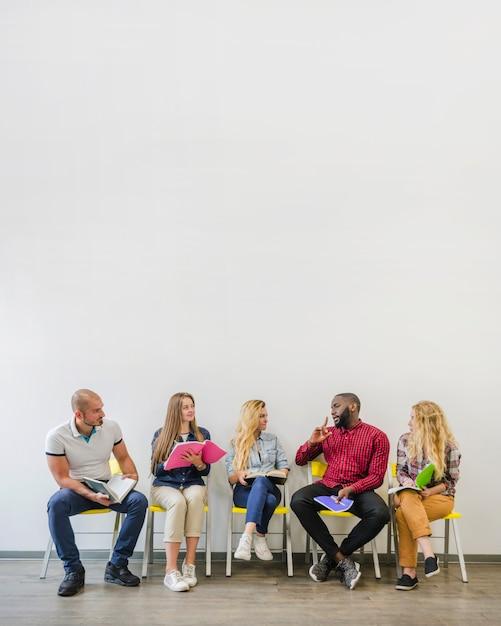 Personnes sur les chaises communicantes Photo gratuit