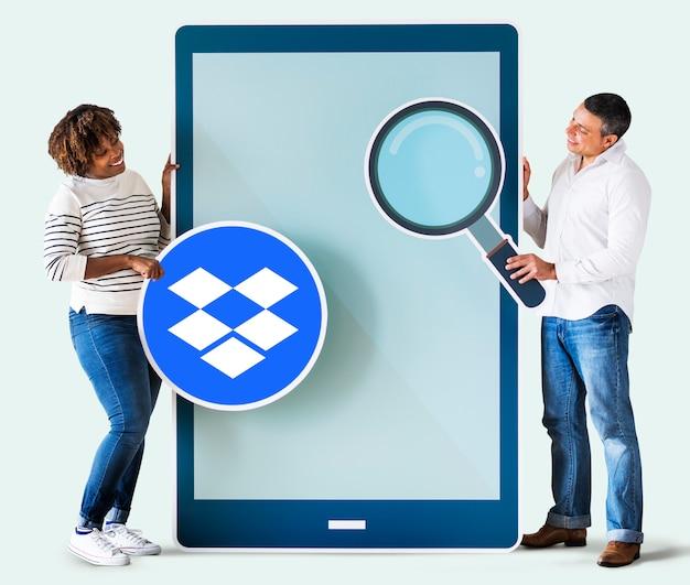 Personnes cherchant un logo dropbox Photo gratuit