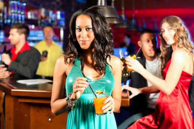 Personnes Avec Des Cocktails Au Bar Ou Au Club Photo Premium